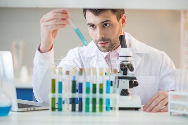 Man wetenschapper witte jas naar reageerbuis Stockfoto © LightFieldStudios