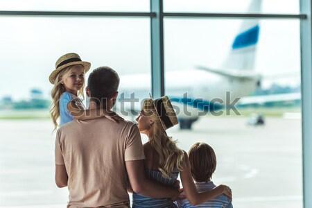 Família olhando fora janela aeroporto ver de volta Foto stock © LightFieldStudios