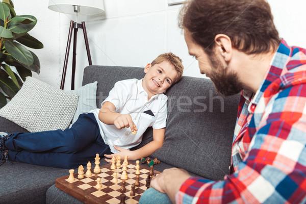 Filho pai jogar xadrez pai feliz pequeno Foto stock © LightFieldStudios