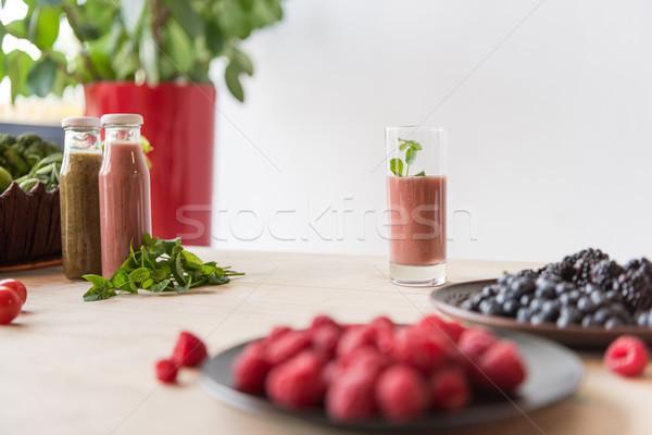 Detoxikáló szelektív fókusz italok bogyók fa asztal életstílus Stock fotó © LightFieldStudios