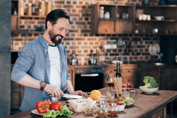 Férfi főzés zöldség saláta mosolyog érett Stock fotó © LightFieldStudios