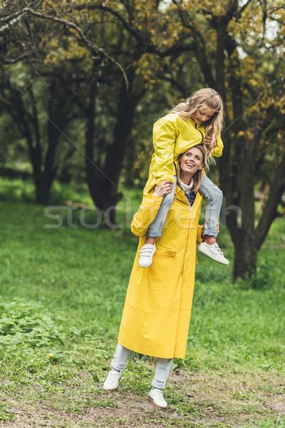 Mãe filha feliz em pé amarelo Foto stock © LightFieldStudios