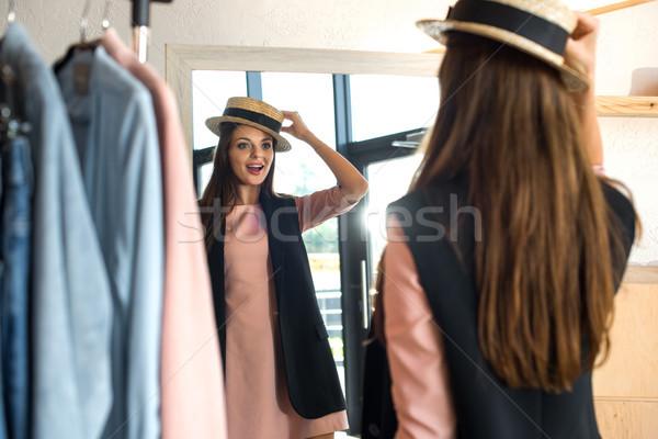 Stock fotó: Lány · kalap · butik · hátulnézet · mosolyog · fiatal · nő