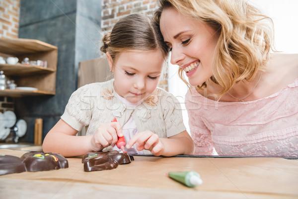Matka córka wisienką czekolady króliki młodych Zdjęcia stock © LightFieldStudios