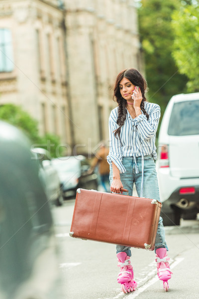 Сток-фото: девушки · коньки · смартфон · чемодан · молодые · брюнетка