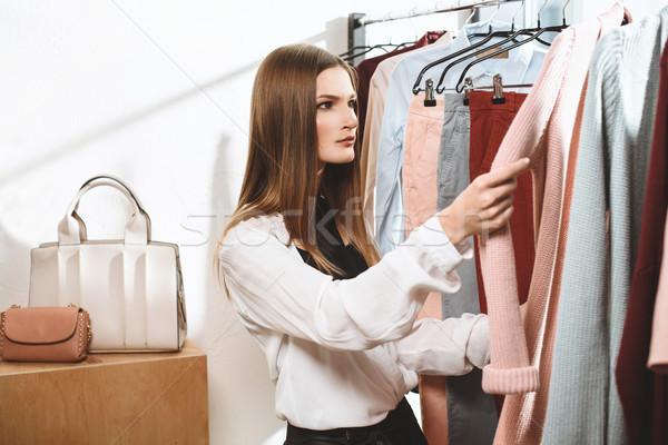 Elegante menina boutique atraente elegante escolher Foto stock © LightFieldStudios