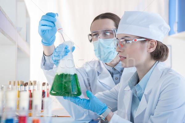 Eksperyment młodych zawodowych nauki laboratorium Zdjęcia stock © LightFieldStudios