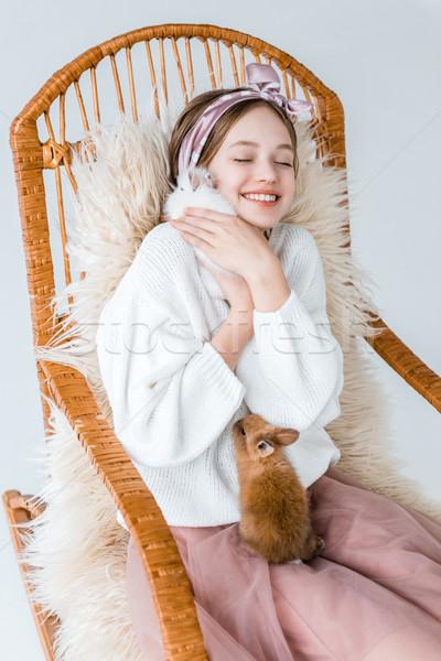 Mooie gelukkig tienermeisje konijnen vergadering Stockfoto © LightFieldStudios