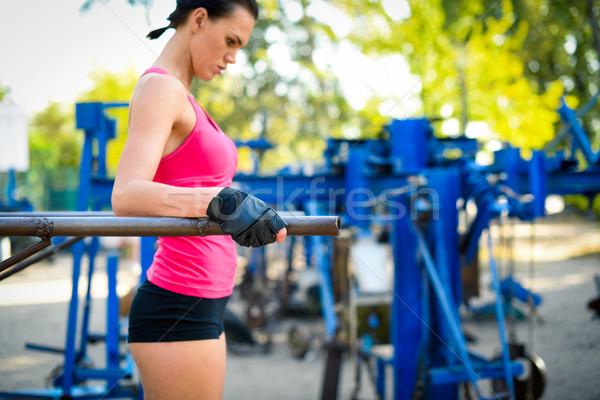 Kobieta wykonywania bary widok z boku atrakcyjna kobieta zewnątrz Zdjęcia stock © LightFieldStudios