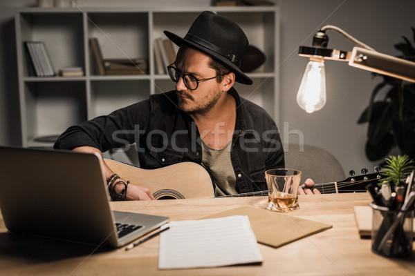 Muzikant spelen gitaar jonge knap kantoor Stockfoto © LightFieldStudios