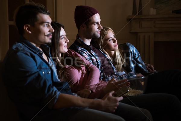 Widok z boku znajomych oglądania film popcorn domu Zdjęcia stock © LightFieldStudios