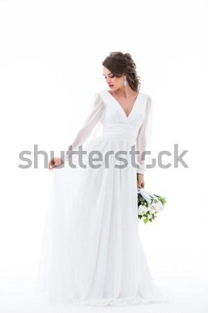 Bruneta mireasă prezinta elegant rochie de culoare alba Imagine de stoc © LightFieldStudios