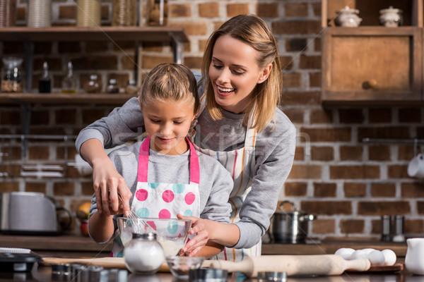 Stockfoto: Moeder · helpen · dochter · koken · weinig