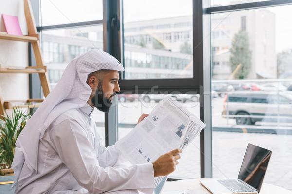 Muzułmanin biznesmen przystojny młodych czytania gazety Zdjęcia stock © LightFieldStudios