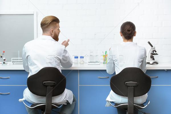 Achteraanzicht wetenschappers bespreken analyse werk lab Stockfoto © LightFieldStudios