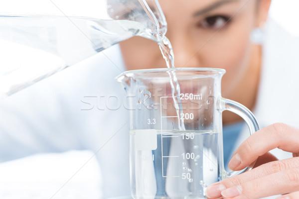 Wetenschapper chemische vloeibare laboratorium glaswerk Stockfoto © LightFieldStudios