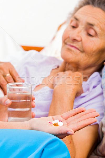 Idős elvesz tabletták hölgy Alzheimer-kór orvos Stock fotó © Lighthunter