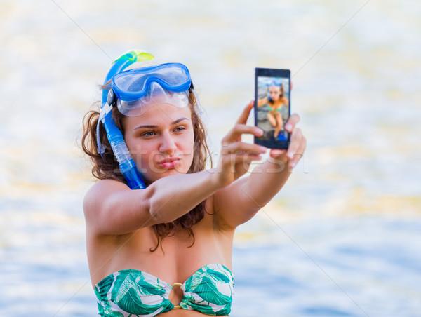 Tinédzser trend lány elvesz okostelefon tenger Stock fotó © Lighthunter