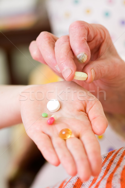 Vieja jóvenes médico drogas vitaminas vidrio Foto stock © Lighthunter