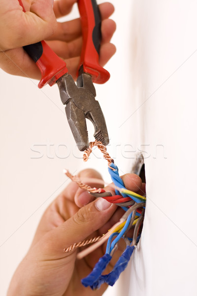 Manitas de trabajo primer plano electricista cobre cables Foto stock © Lighthunter