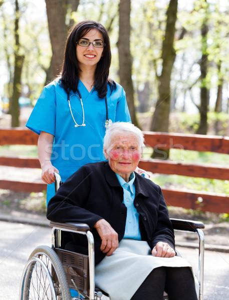 Stockfoto: Lopen · senior · patiënt · rolstoel · arts · verpleegkundige