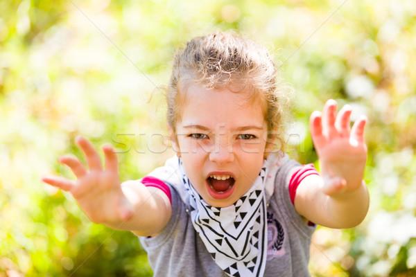 Effrayant visage petite fille jouer autour Photo stock © Lighthunter