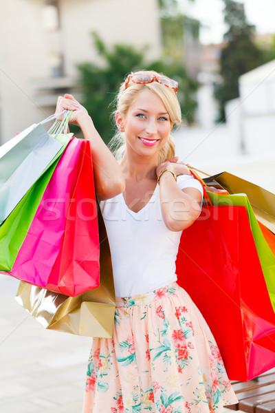 Feliz compras bela mulher sorridente amavelmente Foto stock © Lighthunter