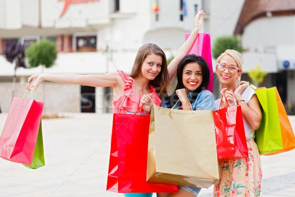Vrouwen genieten winkelen prachtig vriendinnen samen Stockfoto © Lighthunter
