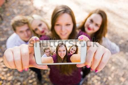 Grupo hermosa mujeres toma móviles Foto stock © Lighthunter