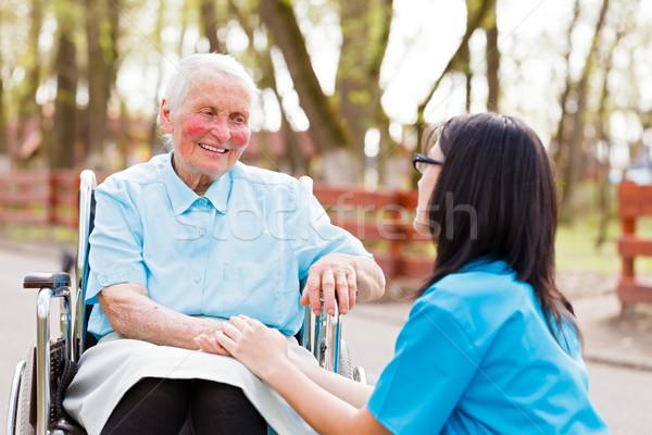 Arts verpleegkundige praten dame buitenshuis Stockfoto © Lighthunter