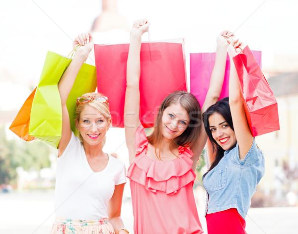 Compras alívio feliz mulheres fora cidade Foto stock © Lighthunter