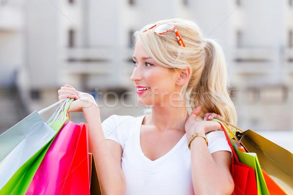 Compras próximo bela mulher sorridente amavelmente Foto stock © Lighthunter