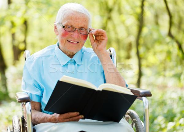 Signora sedia a rotelle lettura bible occhiali seduta Foto d'archivio © Lighthunter