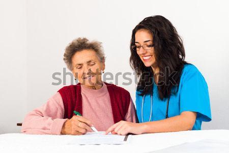 Acordo casa de repouso enfermeira ajuda mais velho senhora Foto stock © Lighthunter