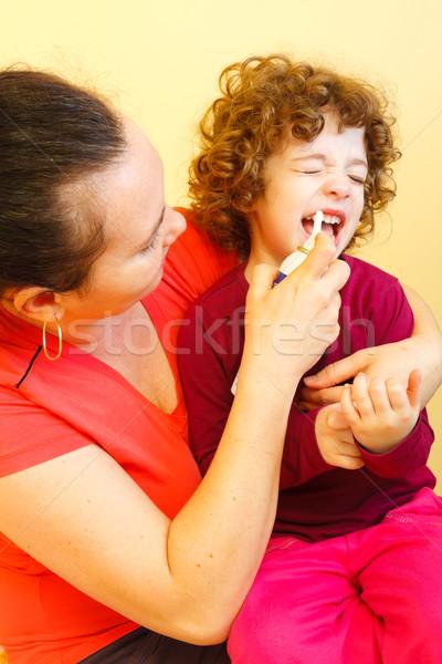 Nariz spray usado mãe little girl como Foto stock © Lighthunter