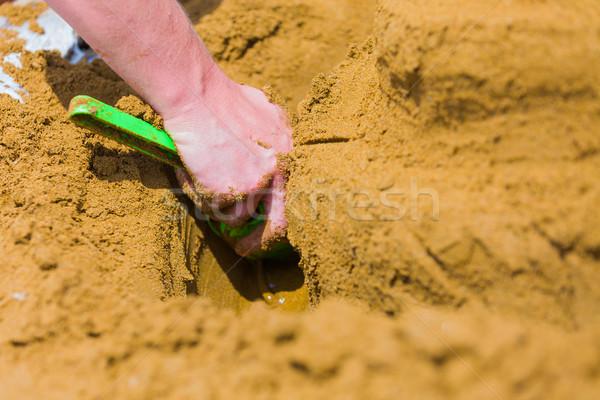 Plage activité Homme mains pelle Photo stock © Lighthunter