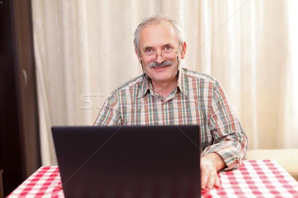 Foto stock: Velho · tecnologia · idoso · homem · usando · laptop · casa