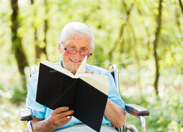 Lettura senior signora anziani sedia a rotelle libro Foto d'archivio © Lighthunter