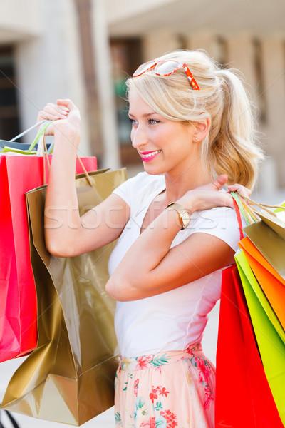 Bastante menina compras bela mulher sorridente amavelmente Foto stock © Lighthunter