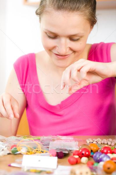 Arte hobby mujer de trabajo cuentas Foto stock © Lighthunter