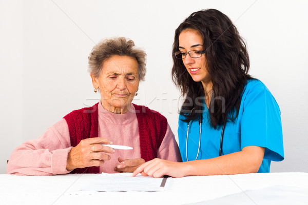 Contrat maison de retraite infirmière aider âgées maison Photo stock © Lighthunter