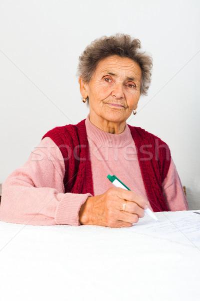 Anziani signora firma contratto accordo Foto d'archivio © Lighthunter