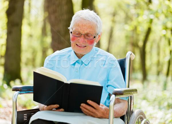 Narratore anziani sedia a rotelle lettura Foto d'archivio © Lighthunter