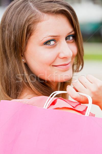 Beautiful girl rosa bolsa de compras mulher atraente fora cidade Foto stock © Lighthunter