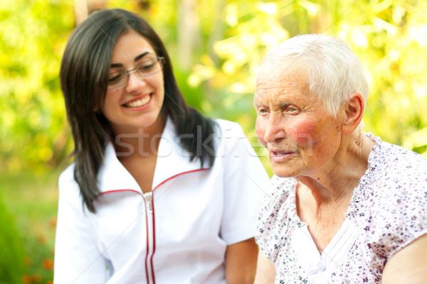 Gondoskodó orvos hallgat öreg hölgy idős nő beszélget Stock fotó © Lighthunter