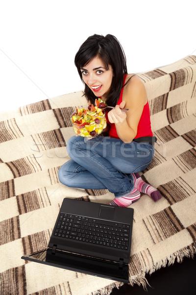 Vrouw eten vruchtensalade glimlachend jonge vrouw leggen Stockfoto © Lighthunter