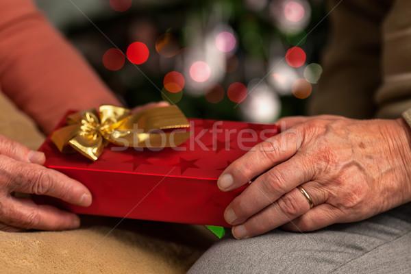 Altos manos intercambio Navidad presente mujer Foto stock © lightkeeper