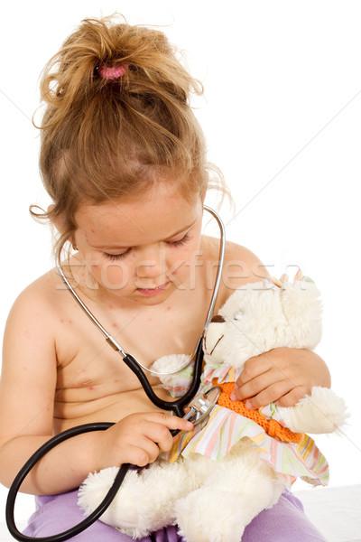Foto stock: Little · girl · pequeno · jogar · médicos · ursinho · de · pelúcia · isolado