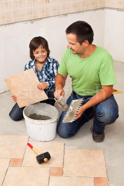 Man leggen keramische vloer tegels klein Stockfoto © lightkeeper