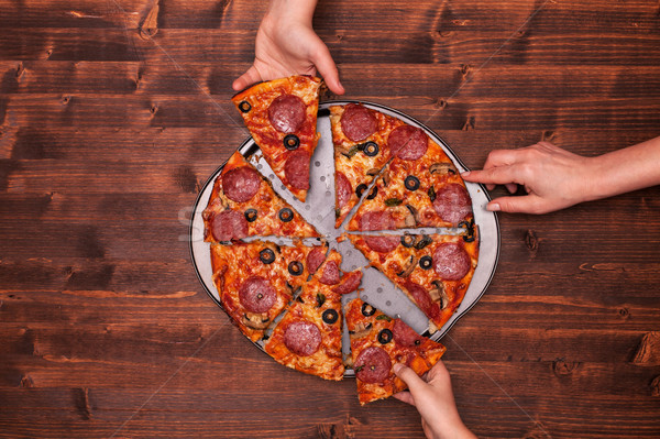 Manos toma pizza rebanadas Foto stock © lightkeeper